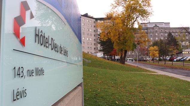 Une pancarte indique l'Hôtel-Dieu de Lévis.