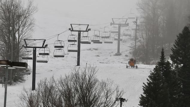 Des remontées mécaniques sur une pente de ski en hiver