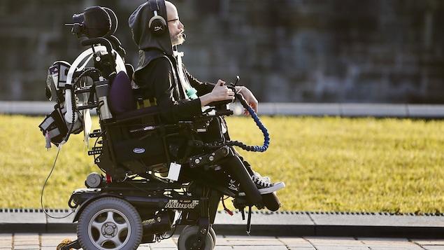 Un homme dans un fauteuil roulant.