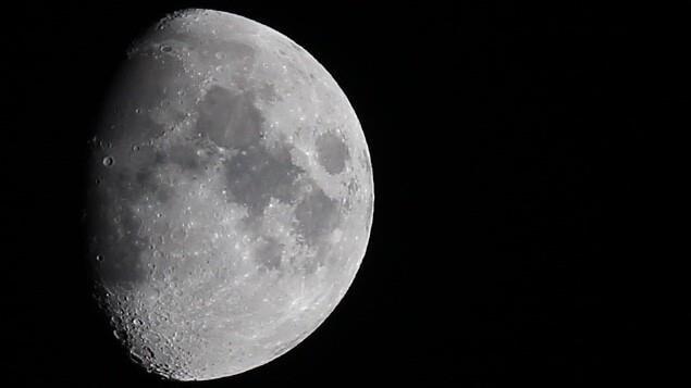 Gros plan sur la Lune, le seul satellite naturel de la Terre.