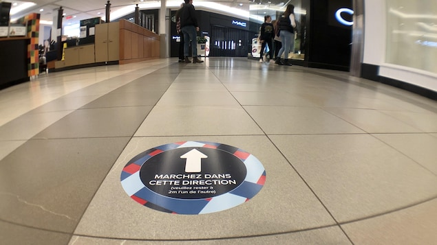 Un corridor de centre commercial.