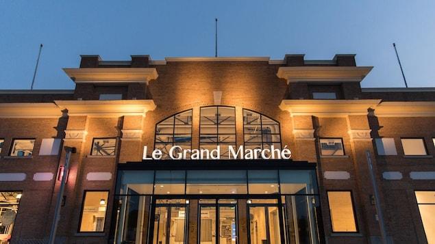 L'entrée du Grand Marché photographiée le soir.