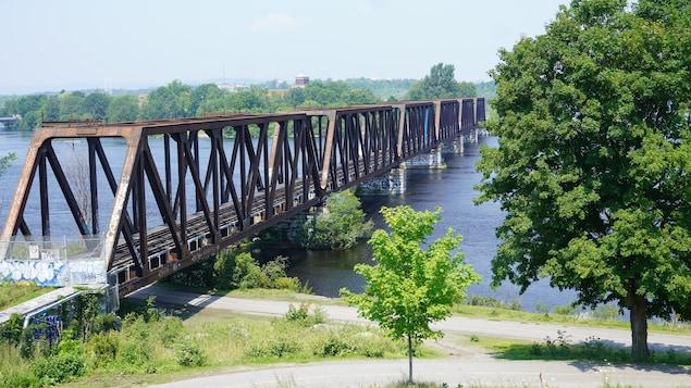 L'ancien pont ferroviaire qui enjambe la rivière des Outaouais.