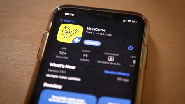 Un téléphone intelligent montrant l'application VaxiCode.
