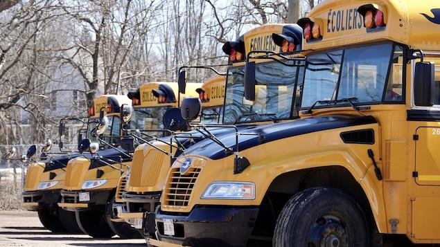 Des autobus scolaires stationnés.