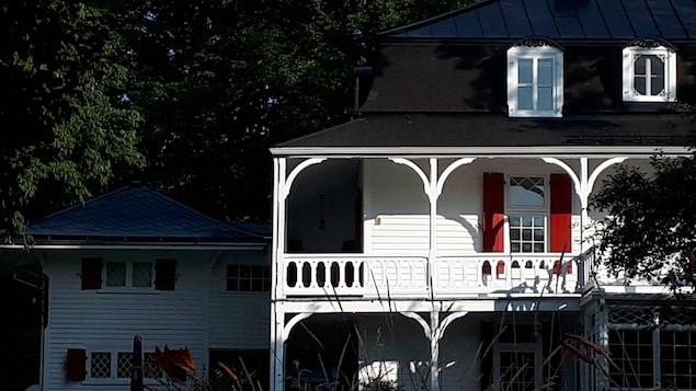 Une maison de bois.
