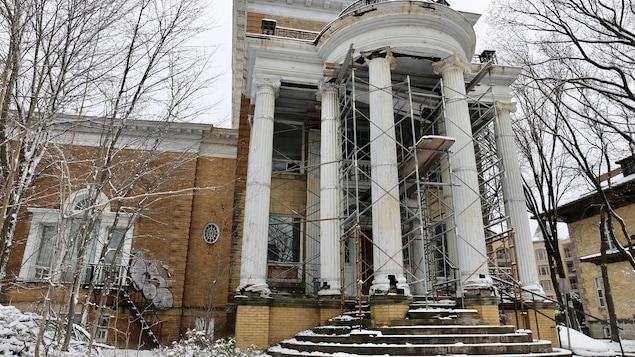 La Maison Pollack avec des échafaudages.