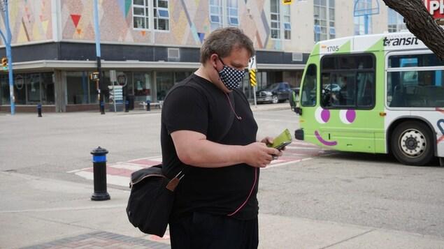 Un homme qui porte un protège-visage à l'extérieur.