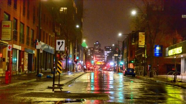 Une rue de Montréal le soir complètement vide.