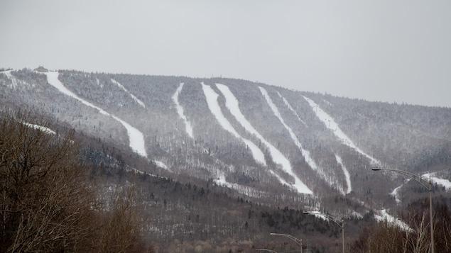 Le Mont-Sainte-Anne enneigé, vu de loin