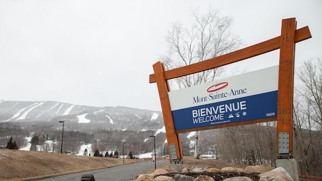 Pancarte de bienvenue à l'entrée du stationnement du Mont-Sainte-Anne.