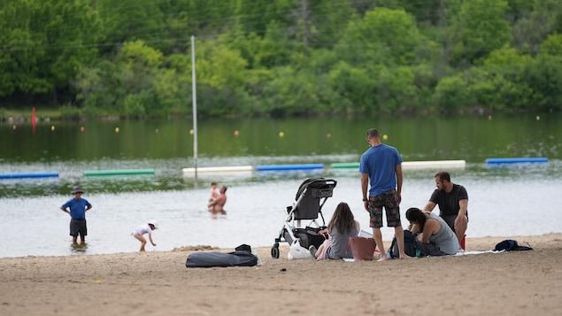 Un groupe de gens sur la plage.