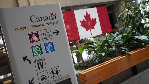 Une affiche indique dans quelle direction se trouve les tours A, B et C.