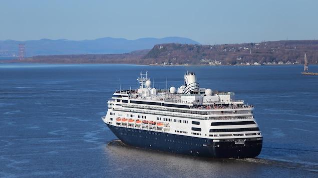 Un navire de croisière navigue sur le fleuve Saint-Laurent, près de Québec.