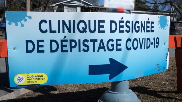 Affiche dans un stationnement qui indique où se trouve la clinique de dépistage.