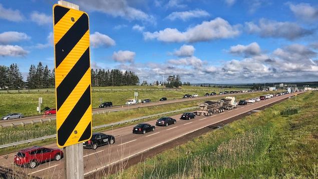 Des files de voitures sur une autoroute dans les deux directions.