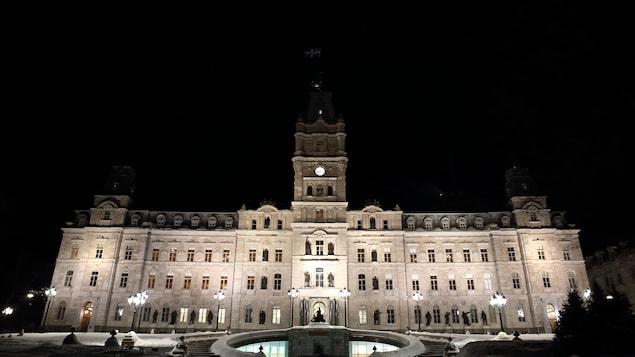 Le Parlement à Québec la nuit.