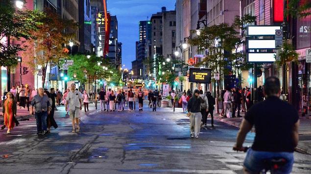 Des passants sur une rue piétonne à Montréal.