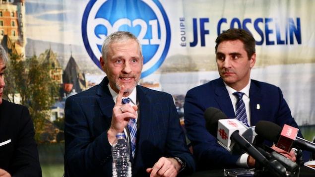 Photos de la conférence de presse de Québec 21 montrant Jean-François Gosselin et Richard Côté.