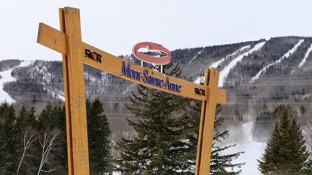 L'arche d'accueil de la station avec la montagne enneigée en arrière-plan