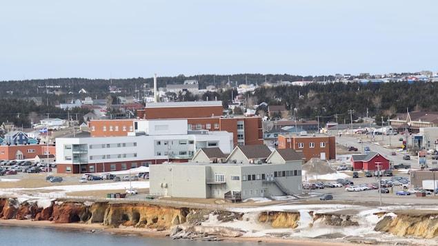 Vue des berges et de l'hôpital en hiver.