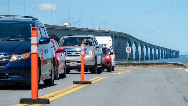 Des autos et le pont en arrière.