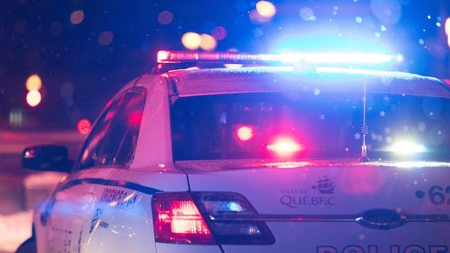 Une voiture du Service de police de la Ville de Québec le soir, l'hiver.