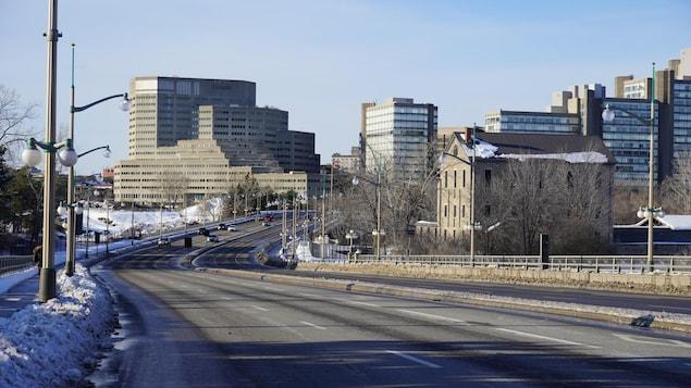 Des voitures circulent sur le pont du Portage en hiver.