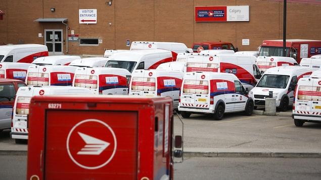 Les véhicules de livraison sont vus à l'usine principale de Postes Canada à Calgary, en Alberta, le samedi 9 mai 2020, au milieu d'une pandémie mondiale de COVID-19.