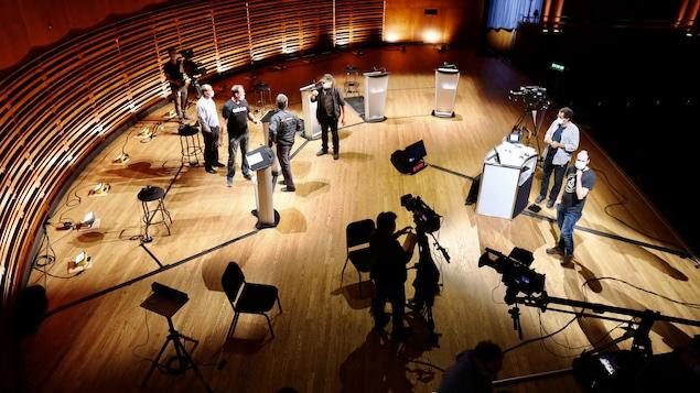 Des techniciens sur la scène d'un théâtre.