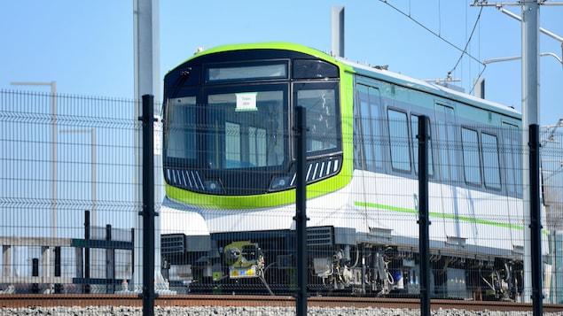 Un train du REM sur rails.
