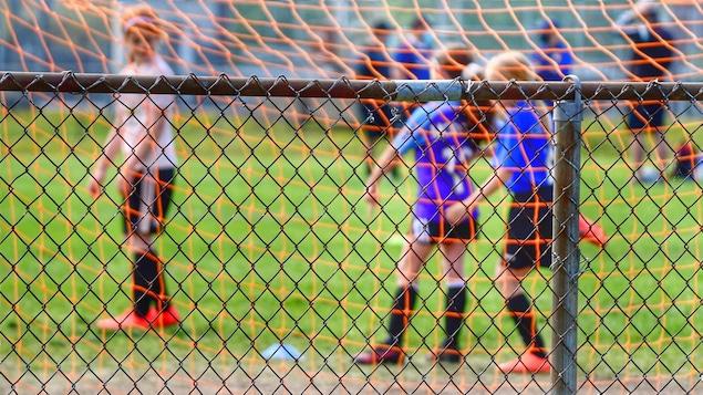 Des jeunes qui jouent au soccer