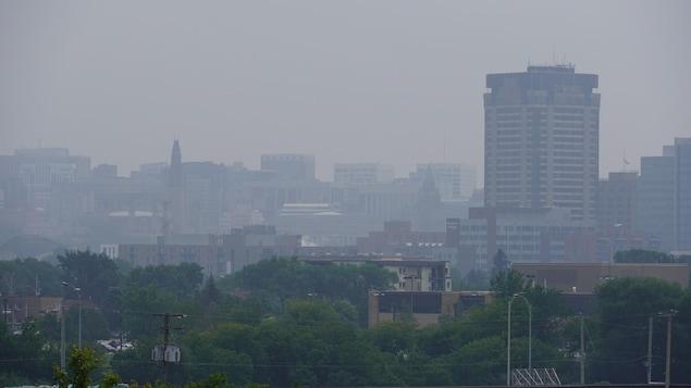 Un ciel couvert en ville.