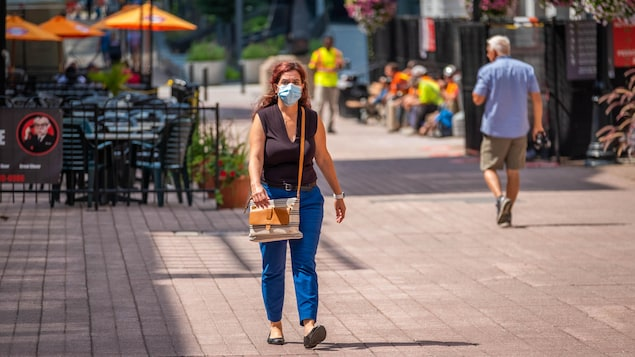 Une piétonne sur la rue Sparks à Ottawa.