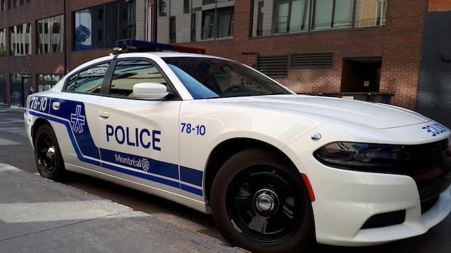 Une voiture de police du SPVM stationnée dans une rue.