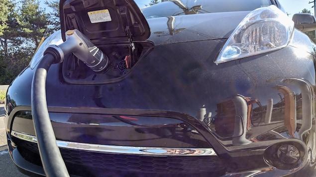 Une voiture électrique en train d'être chargée le 28 septembre 2020 à Rexton au Nouveau-Brunswick.