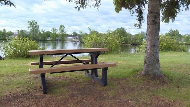 Une table de pique-nique près de la rivière.