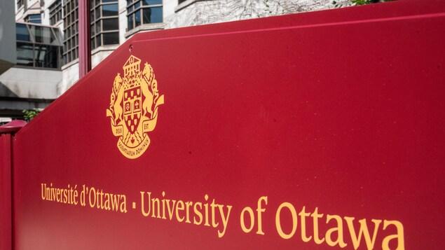 Affiche de l'Université avec le logo de l'institution.
