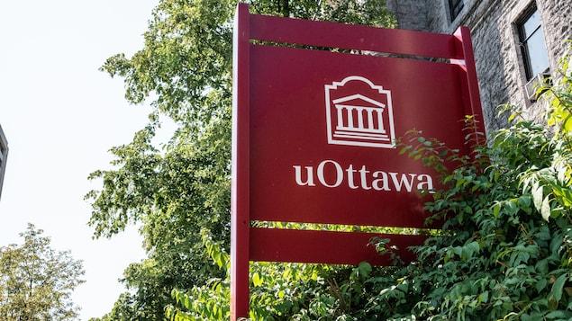 Affiche rouge sur laquelle on peut lire « uOttawa ».