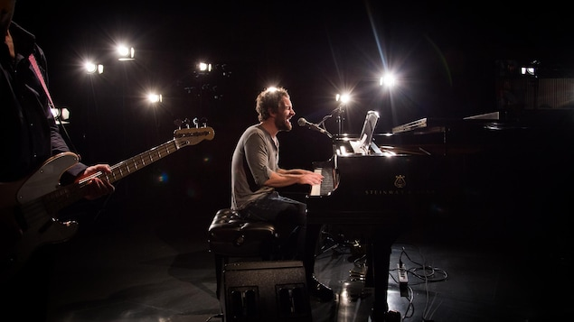 Le chanteur en prestation, au piano dans le studio 12 de Radio-Canada.