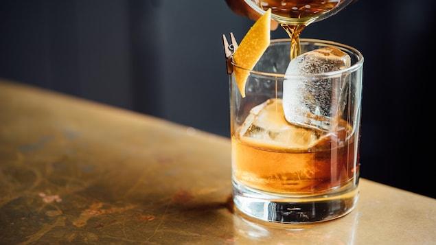 Un verre contenant un mélange d'alcool.