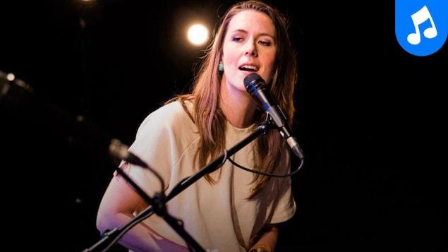 L'artiste en pleine prestation au studio 12 de Radio-Canada.