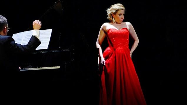 La chanteuse présente un récital accompagné de son pianiste.