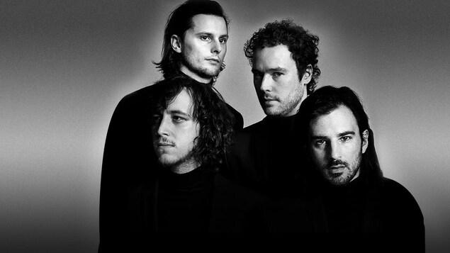 Les quatre membres du groupe rock Cherry Chérie, posent tous vêtus d'un gilet noir (photo noir et blanc) pour leur deuxième album Adieu Veracruz (2017).