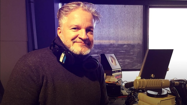 Daniel Bélanger au micro de l'émission La cahîne musicale