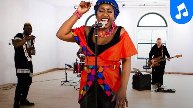 La chanteuse et ses musiciens offrent une prestation dans une salle de Montréal.