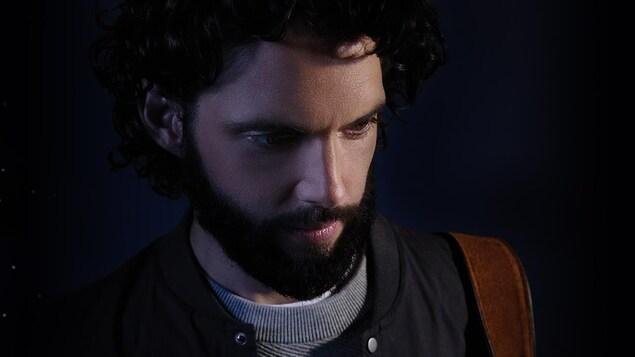 Le jeune auteur-compositeur-interprète apparaît pensif. En toile de fond: une nuit étoilée.