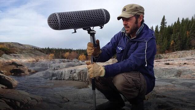 Montage d'Éric Cyr tenant son micro sur un arrière plan d'un cours d'eau à l'heure du coucher du soleil