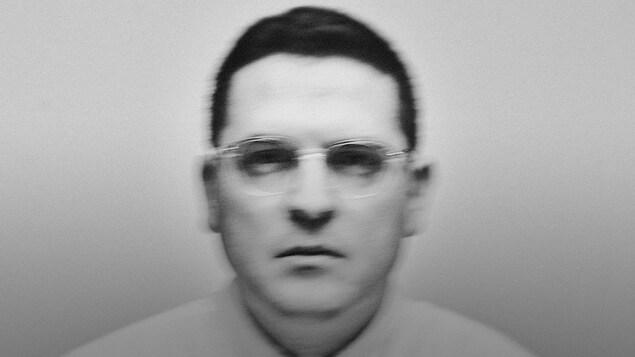 Photo embrouillée du visage d'un homme avec des lunettes