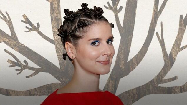 Une photo de l'artiste sur un fond illustrant des branches d'arbre.